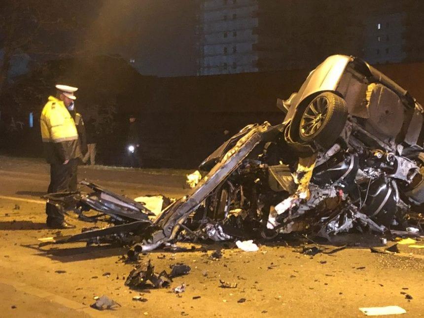 FOTO: Accident grav lângă ISU: Un tânăr a murit după ce a intrat în plin cu mașina într-un stâlp al pasarelei