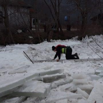 FOTO/VIDEO: Blocaj de gheață, lung de un kilometru, pe râul Rebra