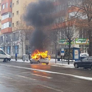 FOTO/VIDEO: Mașină cuprinsă de flăcări, pe Bulevardul Decebal