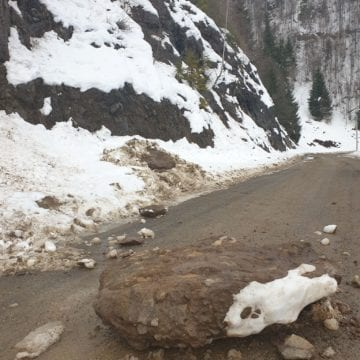 FOTO- ATENȚIE! Cad bolovani la Colibița! Drumul Rodna – Valea Vinului, BLOCAT!