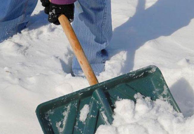 Drumarii, ocupați cu zăpada aruncată din curțile oamenilor, pe șosele!