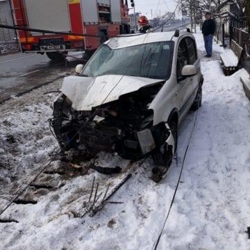 FOTO: Au scăpat ca prin minune, după ce șoferița a adormit la volan și a rupt un stâlp