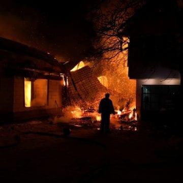 FOTO – Incendiu violent la Dorolea: Ard două case și o anexă