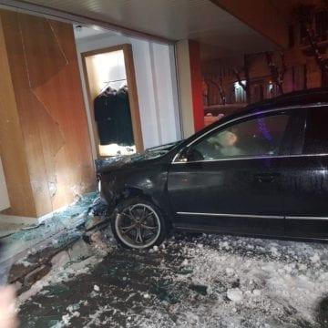 FOTO: Puțin băut, a intrat cu mașina în vitrina magazinului Relegance