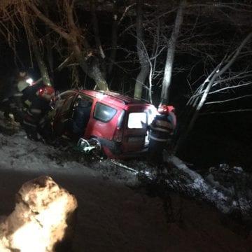 FOTO: A acroșat o altă mașină și a ajuns într-o râpă