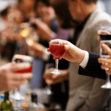 Un dans și un pahar de băutură cu PSD-iștii o costă excluderea din partid