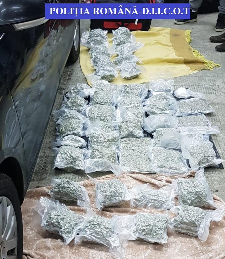 Instanța a decis arestarea preventivă pentru bărbații prinși cu droguri de 200.000 de euro
