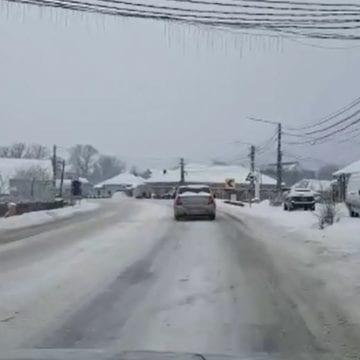 VIDEO: Drumul spre Cluj, cu zăpadă, deși s-a acționat cu aproape 500 de tone antiderapant pe DN-uri