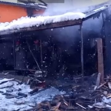 VIDEO:Incendiu la un atelier auto din Năsăud