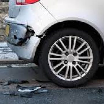 """Un șofer """"rupt de beat"""", dat de gol de o mașină parcată"""