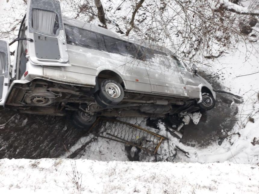 FOTO: Un microbuz ce transporta persoane a căzut de pe pod
