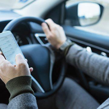Ești prins conducând cu telefonul în mână? Ai putea rămâne o lună fără permis!