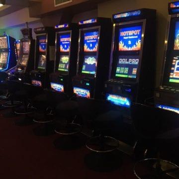 """A pierdut banii la jocuri de noroc și a vrut să-i """"recupereze"""" distrugând aparatul"""