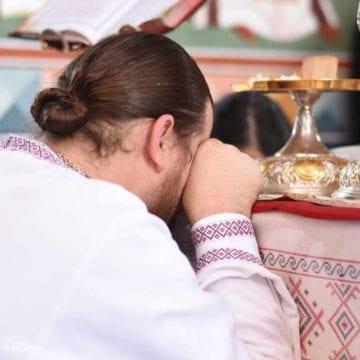 INEDIT: Călugărul bistrițean ce-și păstorește turma de peste 60.000 de enoriași… de pe Facebook