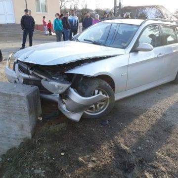 Accident la Herina! O mașină a ajuns într-un cap de pod