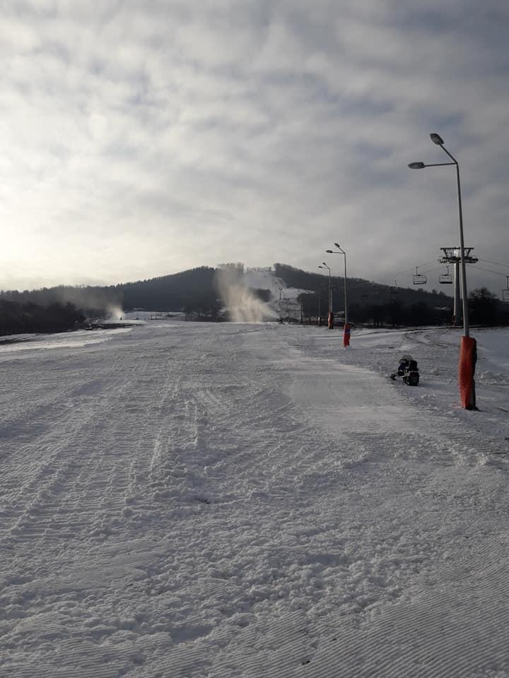 Pregătiți-vă schiurile! În seara asta facem mișcare pe Pârtia Cocoș!