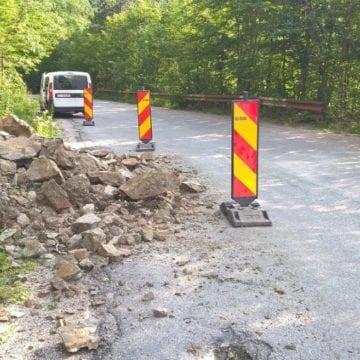 Căderi de pietre pe DN17, în Pasul Tihuța