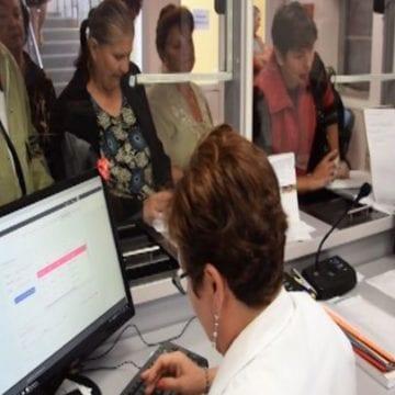"""VIDEO – Bistrițenii gustă sistemul """"programare cu un click"""" de la Policlinică. Câți își mai fac programări la ghișeu?"""
