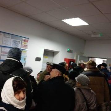 """FOTO/VIDEO – Iohannis,  """"de vină"""" pentru coada infernală de la Policlinică. 450 de oameni s-au călcat în picioare pentru o programare"""