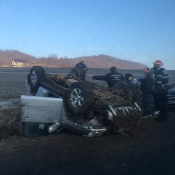 FOTO – O femeie a scăpat cu doar câteva zgârieturi, după ce s-a răsturnat cu mașina în Liviu Rebreanu
