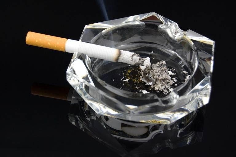 Cea mai scumpă țigară – Amendă record pentru patronul unei cafenele care i-a lăsat pe clienți să fumeze pe terasă