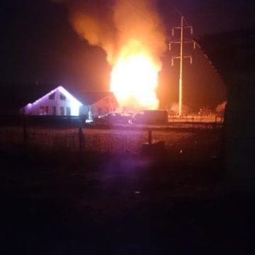 FOTO/VIDEO – Un incendiu devastator a mistuit o casă din Unirea. Imobilul a ars ca o torță