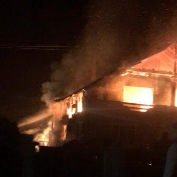 FOTO/VIDEO: Peste 20 de pompieri s-au luptat cu flăcări înalte de câțiva metri, la Parva