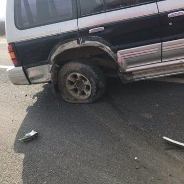 FOTO: I-a explodat cauciucul în mers și a izbit o altă mașină, proiectând-o în șanț