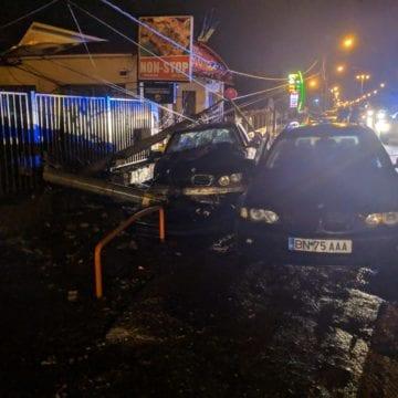 FOTO – Un tânăr teribilist a lăsat un cartier întreg fără gaz și curent, după ce a gonit nebunește cu mașina prietenului său