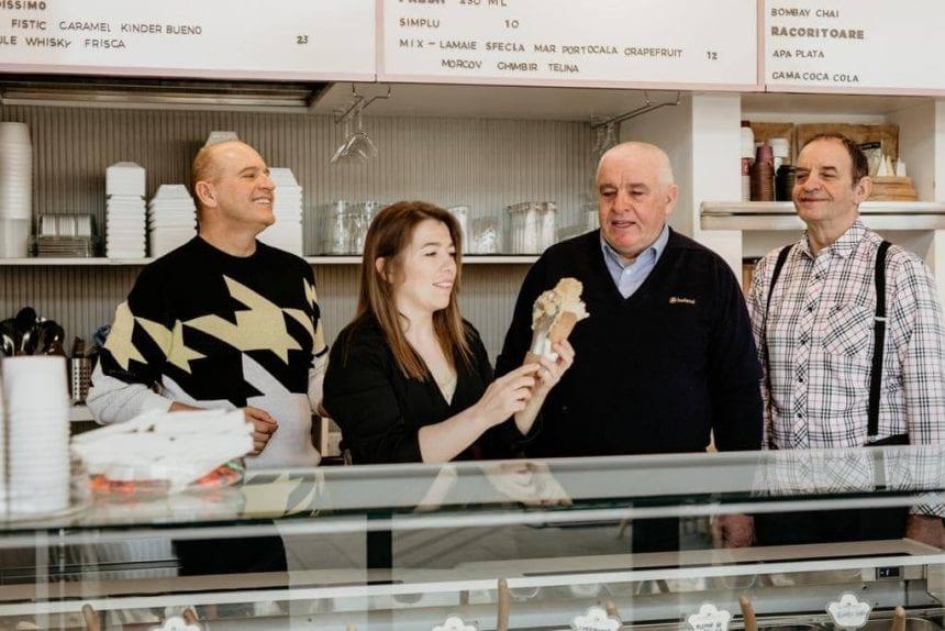 Frații Bachiș păstrează în familie, de 50 de ani, secretul celei mai faimoase și iubite înghețate din oraș! L-au spus doar Anielei, cea care duce tradiția familiei mai departe…