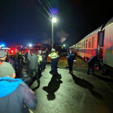 FOTO/VIDEO – Tren Inter Regio sărit de pe șine la Coșbuc. Traficul rutier pe DN17 C și cel feroviar, blocate