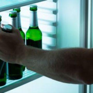 Băutura, bat-o vina! A vrut să fure câteva sticle cu bere, dar i-a scăpat ceva! La propriu!