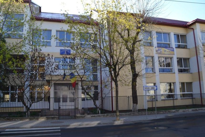 VIDEO – Sport la înălțime, într-o școală din Bistrița. Primăria pregătește un teren de sport de-a dreptul inedit