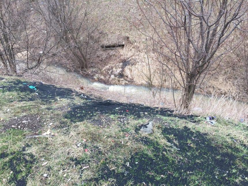 FII REPORTER – FOTO: Terenul sintetic de lângă Kaufland se mută-n râul Bistrița?