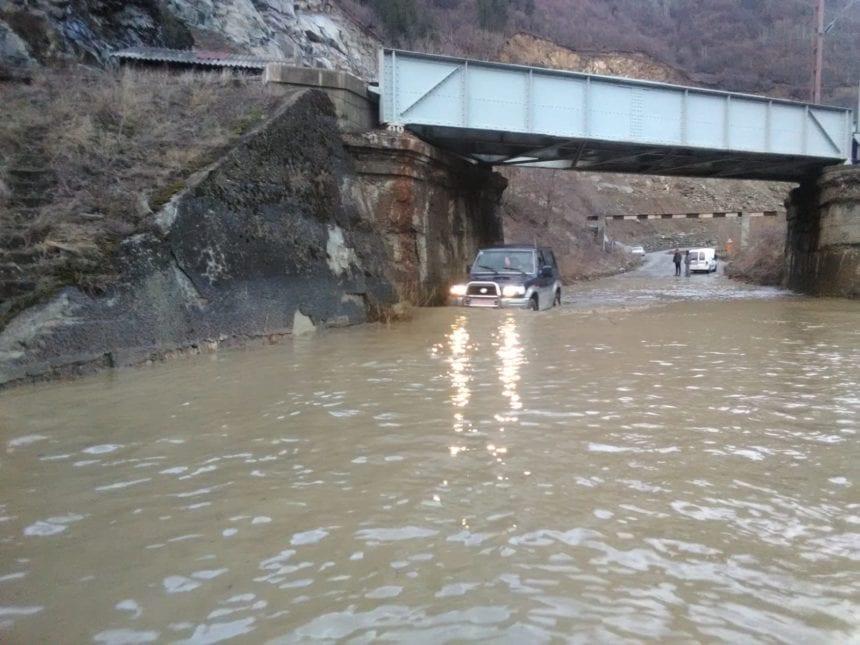 FOTO – Ploile abundente fac ravagii în județ: gospodării și un drum inundate la Măgura Ilvei