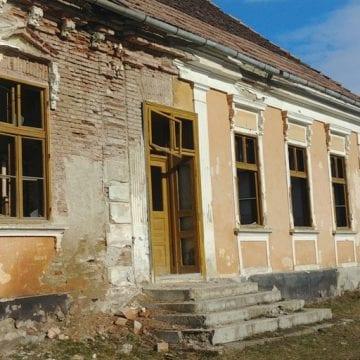 FOTO:  Construcții într-un avansat stadiu de degradare pun în pericol viața elevilor!