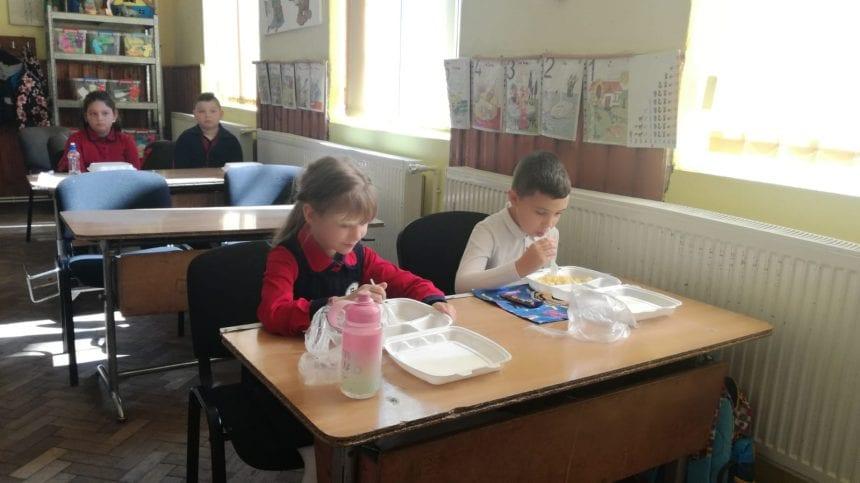 Cum salvează fondurile europene ceea ce dă de gard Guvernul. Masa caldă în școală – eșec la Tiha, succes la Rodna