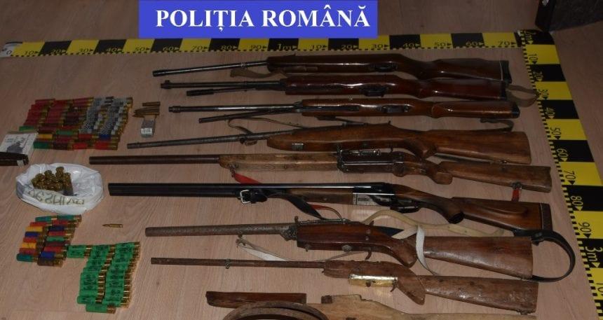 FOTO: Colecție periculoasă! Câte arme și cartușe au găsit polițiștii la un bărbat din Hălmăsău: