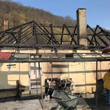 Ajutăm?? Două familii din Beclenuț au rămas fără acoperiș deasupra capului, în urma unui incendiu
