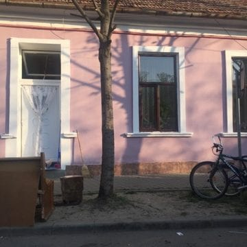FOTO: Ingeniozitate sau nesimțire? Și-au făcut terasă în fața casei, la doi pași de Centrul orașului!