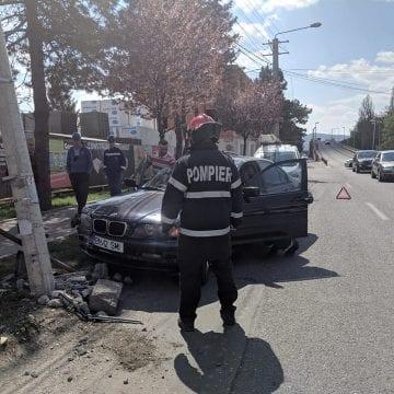 FOTO: A-ndoit un stâlp electric, în încercarea de a evita impactul cu o altă mașină