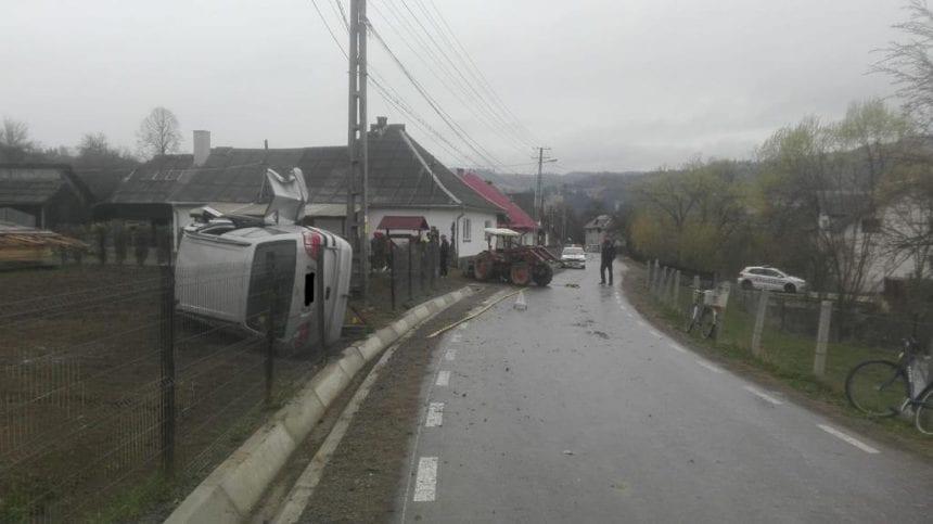 FOTO – Lunca Ilvei: S-au răsturnat, după ce un tractor le-a ieșit înainte!