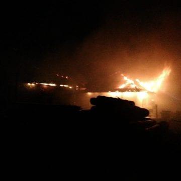 FOTO/VIDEO: S-au luptat cu flăcările două ore ca să salveze o gospodărie din Prund