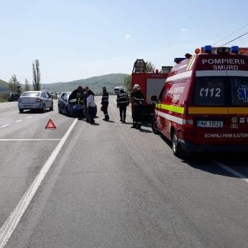FOTO: Mergeau cu fetița bolnavă la spital și o mașină le-a tăiat calea