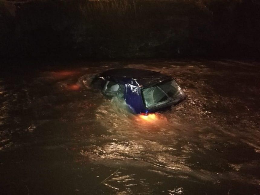 FOTO – Aventuri în zori de zi pentru un tânăr din Borșa: a plonjat cu mașina în Sălăuța