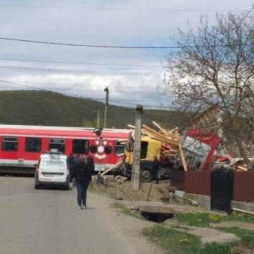 FOTO/VIDEO – Au trăit spaima vieții lor, când trenul în care se aflau a lovit un TIR. Printre călători și mulți copii