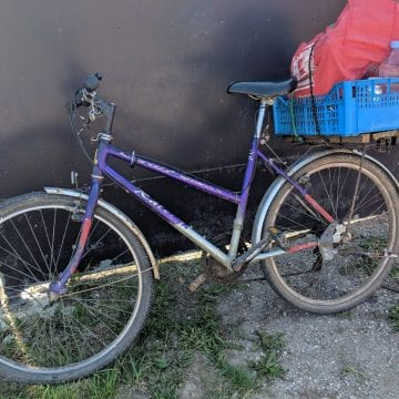 FOTO – Un biciclist a fost lovit de un autocamion la ieșire din Unirea. Șoferul nu și-a dat seama că a provocat un accident