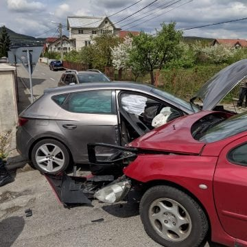 FOTO – Două mașini făcute praf pe Calea Moldovei, din cauza neatenției