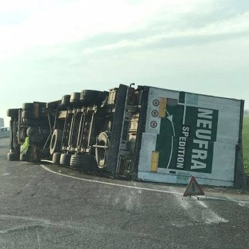 Un camion cu cherestea din Bistrița-Năsăud s-a răsturnat la Ploiești! VEZI câți metri cubi de cherestea transporta