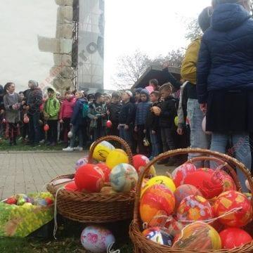 FOTO/VIDEO:  Zeci de copii au împodobit din nou copacul cu ouă, în Piața Centrală!